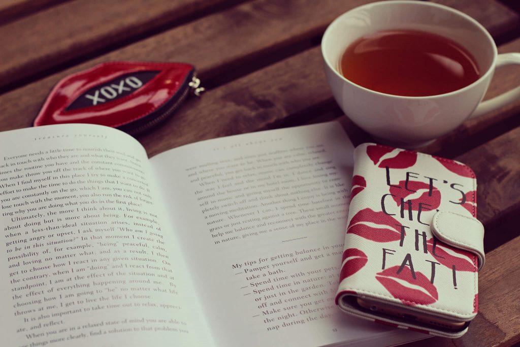 紅茶と本の画像