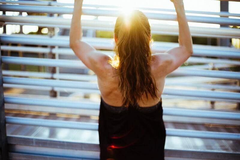 筋肉トレーニングをしている女性の画像