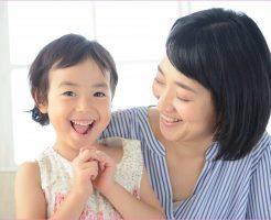 子どもの成長を見守っている母親の画像